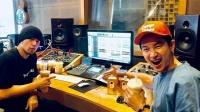 周杰伦现身录音室录歌 喝奶茶边工作