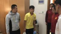 越南打人者及教练,带水果牛奶登门致歉