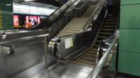 陕西2岁男童独坐电扶梯万幸一男乘客将其抱起