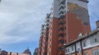 怕人!黑龙江大风掀翻高层外墙 市民边跑边录像