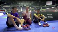 羽毛球运动员超可爱的:系鞋带比赛
