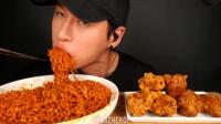 韩国吃货小哥,吃火鸡面和脆皮炸鸡腿,看看这大口,吃的真有食欲