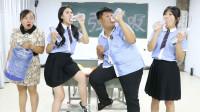 老师让学生挑战10秒喝一瓶水,没想赢得奖励是一大桶水,太逗了
