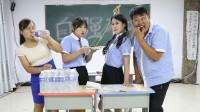 学生挑战用1米长筷子吃葡萄,奖励随便提,老师被罚喝一件纯净水