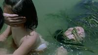 2个小女孩在河中洗澡,母亲的尸体突然飘了过来,只好狠心踹走!