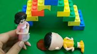 围裙妈妈不陪大头去游乐园,大头自己趴楼梯摔倒头磕破了,围裙妈妈看到真后悔自己不陪大头玩!