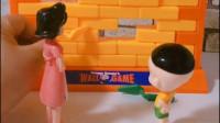 大头跟妈妈玩拆墙游戏,围裙妈妈一下就输了,怎么回事呢?