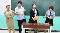 同学挑战用气球吹水杯,没想女同学一个气球吹倒全部水杯!太逗了