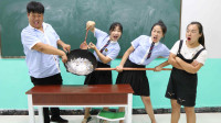 老师让同学挑战铲硬币游戏,没想女同学一下把锅铲走了!太逗了