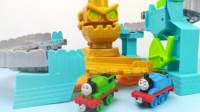 托马斯小火车和他的朋友培西一起玩机器人轨道玩具