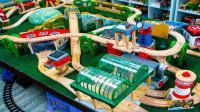 搭建大型积木轨道帮助托马斯小火车运输货物