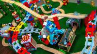 搭建小火车轨道玩具