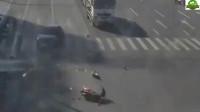 电动车从人行道穿过,结果被一辆轿车撞飞,监控记录下了这一幕
