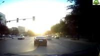 女子骑着电动车穿插,小车司机怒的想一脚油门撞上去
