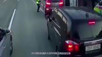 交警刚赶到现场,小轿车就迫不及待的要逃走,结局让小轿车痛哭