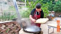 农村大姐在家做饺子吃,这种吃法真下饭,看着就过瘾!