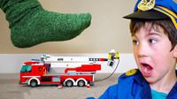 萌宝玩具车儿童故事:究竟是谁家着火了?小正太消防车坏掉了该如何救火呢?