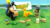 绝地求生玩具:两个玩家对决,胜利者拿到了大黄鸭做战利品!