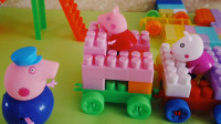 小猪乔治小火车玩具玩的不亦乐乎, 回到家让猪妈妈帮你做些好吃的吧!