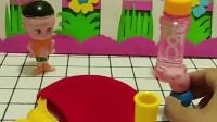 小猪乔治在玩泡泡水,大头说自己的泡泡打不破,他和乔治一起玩的很开心!