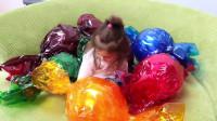 萌娃小可爱用魔法棒变出来的这些糖果可真是不小呢!小家伙们好东西要懂得分享哟!