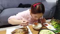 吃播:韩国美女吃货试吃韩式家常菜,煎海鱼配蛋花汤,吃得贼过瘾!