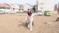 河南方言喜剧:父亲让两个傻妞去拔草,过程太搞笑了