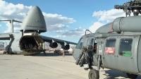 """USAMC C-5""""银河""""运输机装载HH-60""""铺路鹰""""战斗搜索救援直升机"""