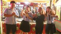 学霸王小九短剧:小吃街4:庆祝国庆节,老师请学生吃烧烤,没想学生一个比一个能吃