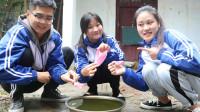 童年:田田和伙伴们玩纸船,雨天最喜欢把小船放在水里游来游去,真好玩