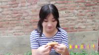 田田的童年搞笑短剧:妈妈去赶集给姐妹俩带来了月饼,中秋节要到了要吃月饼了,真有趣