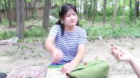 田田的童年搞笑短剧:同学们因为五毛钱争论不休,如花老师一个举动解决问题,太机智了