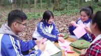 田田的童年搞笑短剧:如花老师教田田和伙伴折风车,彩色的风车转动快乐的气息,真美好