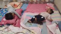 不想睡觉的两个小宝宝 哥哥逗妹妹玩