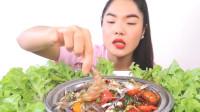 泰国吃播:姐姐吃生螃蟹大虾和辣椒青菜,看着想吃了