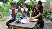姐妹俩帮妈妈做馒头,结果欢欢做一朵小花,妹妹做了一只小燕子!