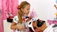 萌娃小宝贝帮爸爸的脸涂上了黑色的面膜,小宝贝真是太棒了!