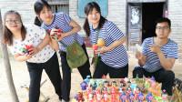 田田的快乐童年趣事:玩具店2:田田和小花套路大锤,24块钱买走一大桌玩具!太逗了