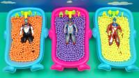 浴缸里倒满彩色的糖果,变成了奥特曼变形蛋,真有趣
