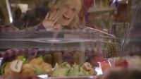 外国小伙一家人溜进超市,一分钱不花吃到肚子撑!这操作也是没谁了!