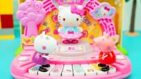 小猪佩奇玩具故事:佩奇用凯蒂猫的钢琴参加音乐比赛