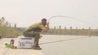 一个漂亮的顿口,李大毛的鱼竿都快被拉直了,这条鱼不小!