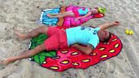 萌娃小可爱和爸爸来到了沙滩上玩,父女两人玩得可真是开心啊!