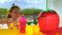 萌娃小萝莉发现了好多好喝的果汁啊,小家伙好开心啊!萌娃:宝宝全部都喝完啦!