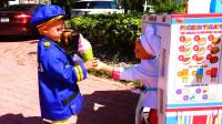 萌娃小可爱的冰激凌点开业啦,小家伙给萌娃小警察做的冰激凌可真是好吃呢!