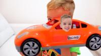 萌娃小可爱用魔法把弟弟变到玩具小汽车里面了,小家伙真的好调皮呀!一萌娃:快放我出来!