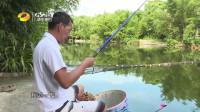 师徒俩在试探塘中鱼情,改变打浮后,第一竿下去浮漂就有了动静