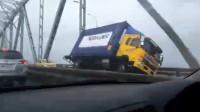 狂风横扫奥克兰!卡车行驶中被吹翻 目击者连连惊呼拍下倒地瞬间