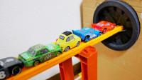 彩色赛车和玩具纸盒