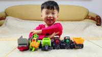 轩轩说没见过拖拉机,给他带来农场拖拉机玩具